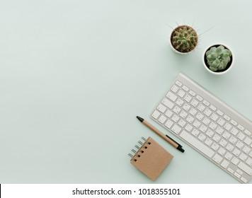 Einfache, trendige Bürotheke mit Tastatur, öko-handwerklichen Büroelementen und getöpfter Blume. Home Office Desktop