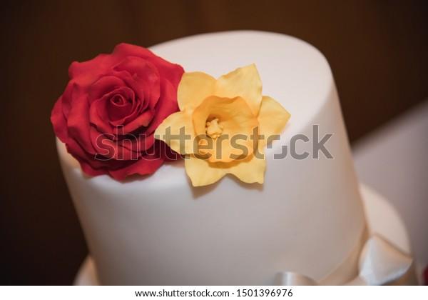 Simple Wedding Cake Design English Rose Food And Drink Stock Image 1501396976,Minimalist Negative Space Logo Design