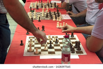 Simultaneous chess competition organized on the city square