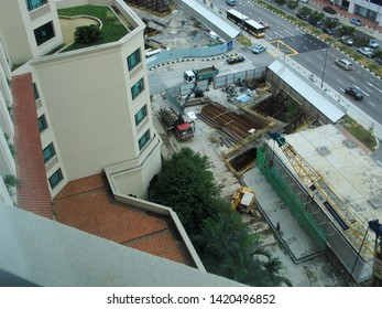SINGAPORE. 29 Nov 2004. View from an apartment in the Merchant Court Hotel with traffic and major groundworks