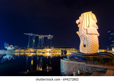 SINGAPORE - AUG 10 ,2017 : Merlion statue and cityscape in Singapore.