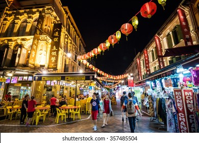 SINGAPORE - DECEMBER 14: Chinatown district on December 14, 2015 in Singapore. Singapore's Chinatown is a world famous bargain shopping destination.