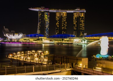 SINGAPORE- February 7, 2015: SINGAPORE-JAN 31, 2015: The Merlion fountain in front of the Marina Bay Sands hotel and view of Marina Bay in Singapore