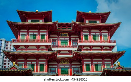SINGAPORE - JANUARY 17 , 2016: Unique architecture of the Buddha Tooth Relic Temple in Singapore Chinatown