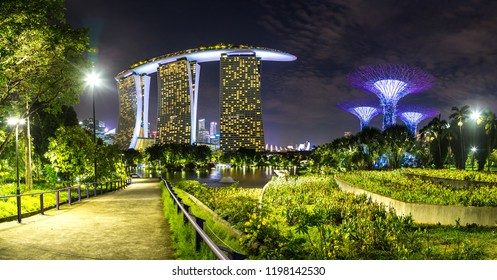 SINGAPORE   JUNE 23, 2018: Panorama Of Marina Bay Sands Hotel And Gardens By