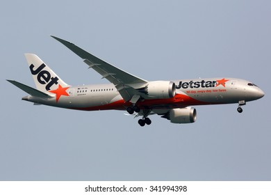 SINGAPORE - OCTOBER 21: A Jetstar Airways Boeing 787 Dreamliner approaching on October 21, 2015 in Singapore. Jetstar Airways is a low-cost airline from Australia.
