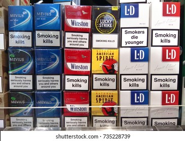 c360152a11 SINGAPORE - SEPTEMBER 27, 2017: Various brands of tobacco packages in  Changi Airport store