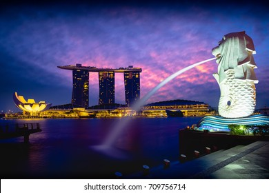 SINGAPORE September 6, 2017 : Merlion fountain and marina bay in the morning, Singapore