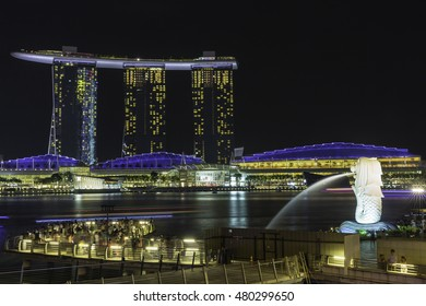 SINGAPORE-February 18, 2015 :The Merlion fountain in front of the Marina Bay Sands hotel and view of Marina Bay in Singapore