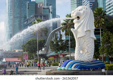 SINGAPORE-JAN 31, 2015 : The Merlion fountain in front of the business building and view of Marina Bay in Singapore