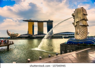 SINGAPORE-MARCH 19 : The Merlion and the Marina Bay Sands Resort Hotel, billed as the world's most expensive standalone casino property at S$8 billion on March 19, 2013 in Singapore.