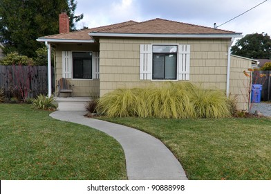 Single family house with one story and a walkway