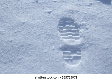 Single footprint in powder snow, beveled perspective