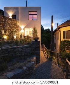 Casa unifamiliar, exterior visto por la noche. Casa unifamiliar en un pequeño pueblo suizo