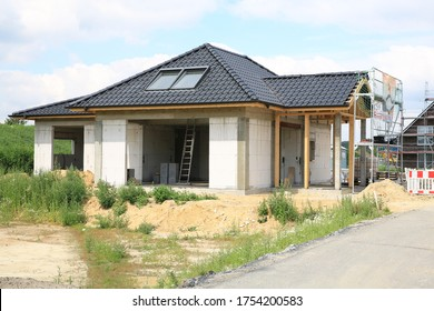 Single-family house under construction in a new settlement, Westphalia, Germany, 06-11-2020