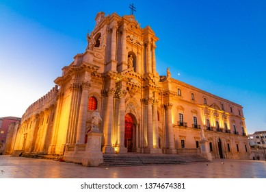 Siracusa, Sicily, Italy: Night view of the Cathedral of Syracuse,Duomo di Siracusa or the Cattedrale metropolitana della Nativita di Maria Santissima, Ortigia, Syracuse on the island of Sicily, Italy