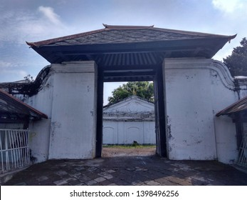 The Siti Hinggil Ler or Siti Hinggil Utara complex is part of the Yogya Kraton which is traditionally used to hold official ceremonies. On the front of Siti Hinggil is the Manguntur Tangkil Ward which