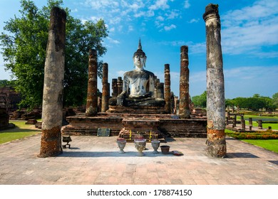 Sitting Budha in Wat Mahathat, historical park which covers the ruins of the old city of Sukhothai, Thailanda