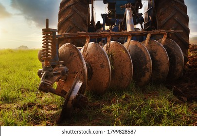 Six plates to plow the soil in a tractor that agriculture use to till the soil for their crops Using a tiller to remove weeds Machine tools to save energy and labor in farmland
