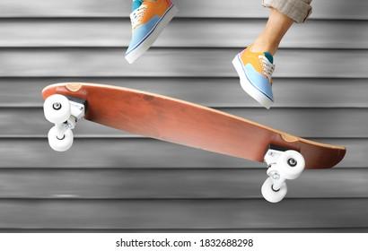 Skateboarder en zapatillas de colores saltando sobre una patineta
