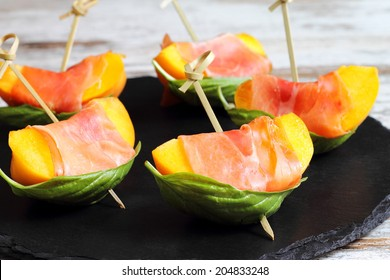 Skewered peaches with prosciutto and basil, original and refreshing appetizer