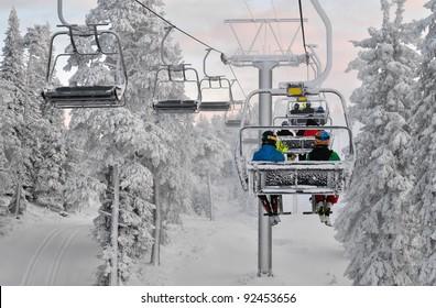 Skilift mit Skifahrern. Skiort in Ruka, Finnland