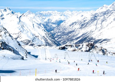Ski course down to Zermat From Plateau Rosa in March (Valle d'Aosta, Italy / Wallis, Switzerland)