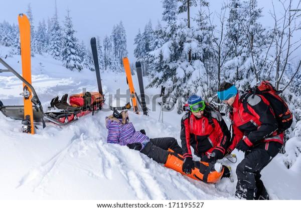 Ski-Patrouillenteam Rettungshelfer mit gebrochenem Bein
