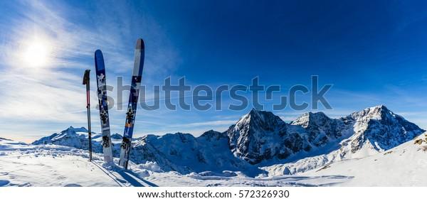 Skifahren in der Wintersaison, Berge und Skitourenausstattungen auf dem Gipfel der schneebedeckten Berge an sonniger Zeit. Südtirol, Solda in Italien.