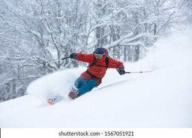 Ein Skifahrer ist im Tiefschnee. Guten Pulvertag. Funny Ski. Schöner, schneebedeckter Wald.
