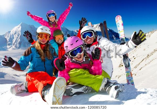 Skifahren, Winter, Schnee, Sonne und Spaß - Familie genießt Winterurlaub