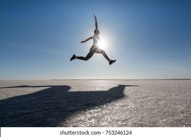 Himmel, Mann, Fitness, Läufer, Silhouette, Laufen, gesund, Lifestyle, Jump, Sport, Blau, Sonne, Horizont, Spaß, Action, Natur, Freiheit, Geschwindigkeit, Gesundheit, Landschaft, Freien, Energie, Workout, Menschen, Sport,