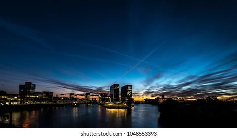 Skyline Dusseldorf Hafen bei Nacht