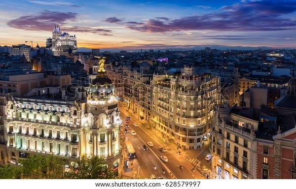 El Skyline de Madrid, España, de noche: donde se encuentran Gran Vía y Alcalá Street