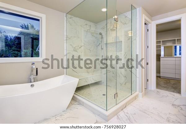 Foto de stock sobre El elegante cuarto de baño cuenta ...