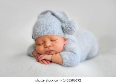 Garçon en train de dormir dans les premiers jours de la vie sur fond blanc