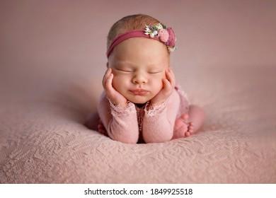 Dormir sur une couverture rose