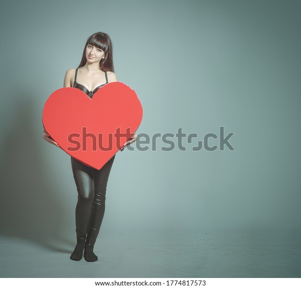 slender-girl-holding-giant-heart-600w-17