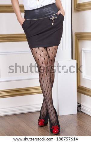 Black miniskirt e black pantyhose fill blank?