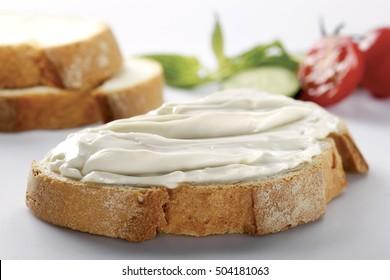 Stück Brot mit Sahnekäse (selektiver Fokus)
