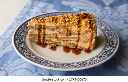 Une tranche de gâteau aux gâteaux croquants, prêt à manger