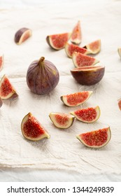 Sliced figs on fabrik