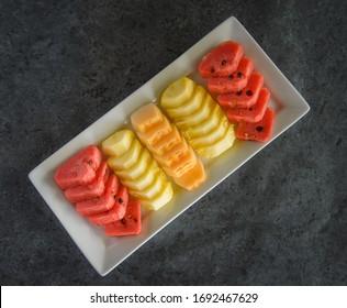 geschnittene Früchte auf Gericht, Ananas, Wassermalon und Melone.