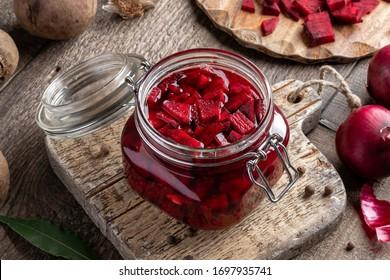 Rote Rüben in Scheiben - Vorbereitung fermentierter Kvass