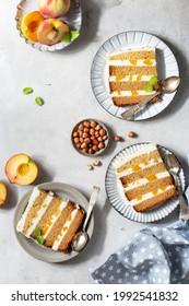 Scheiben aus Pfirsichkuchen mit Buttercreme und Honig auf hellem Hintergrund