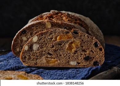 Des tranches de pain de seigle aux noisettes et aux fruits secs comme les abricots, les raisins et les prunes.