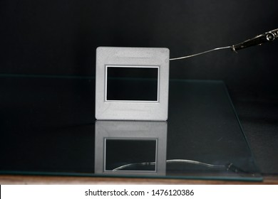 A slide frame is a small frame in the photograph, which includes the slide and thus allows the inclusion of the film clip in the slide projector or slide viewer.