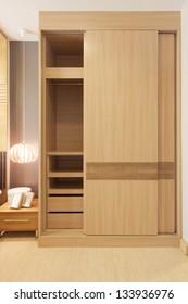 armario de puertas correderas en una pequeña habitación.