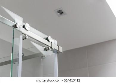 Sliding mechanism of a shower cabin
