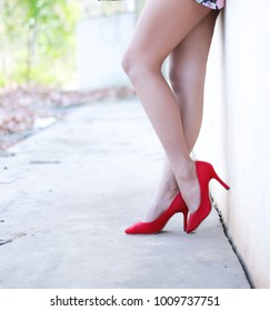 Slim legs Put on red high heels.